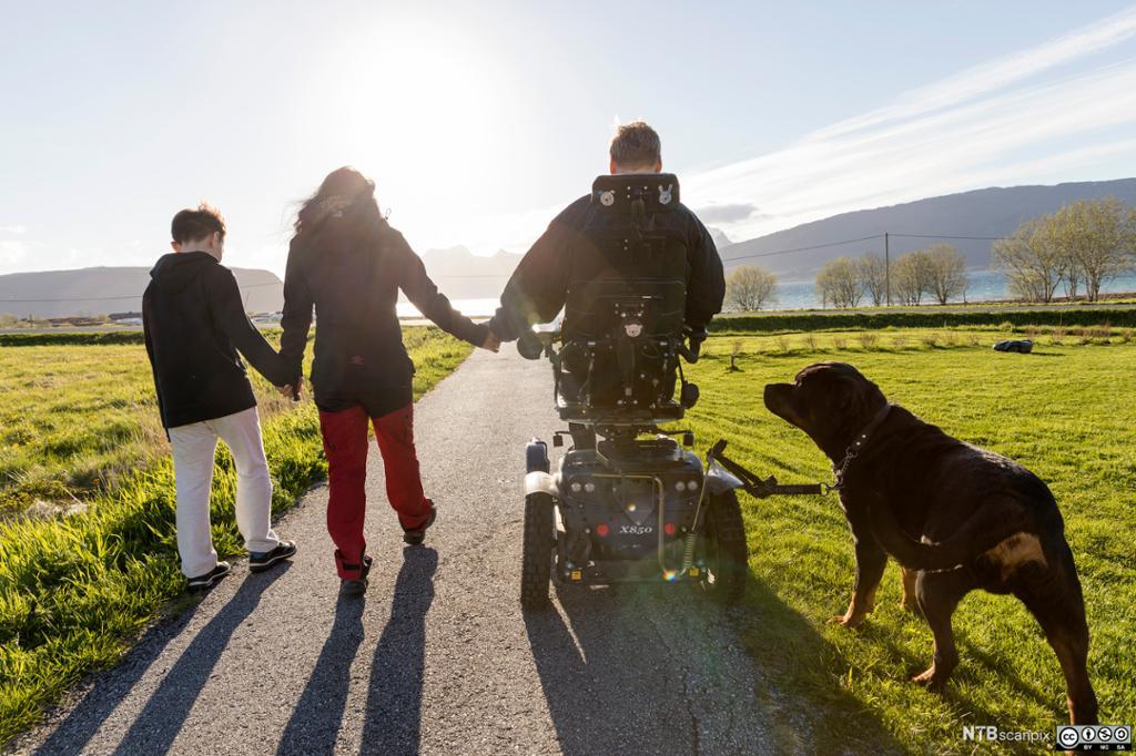 En familie går tur i parken.