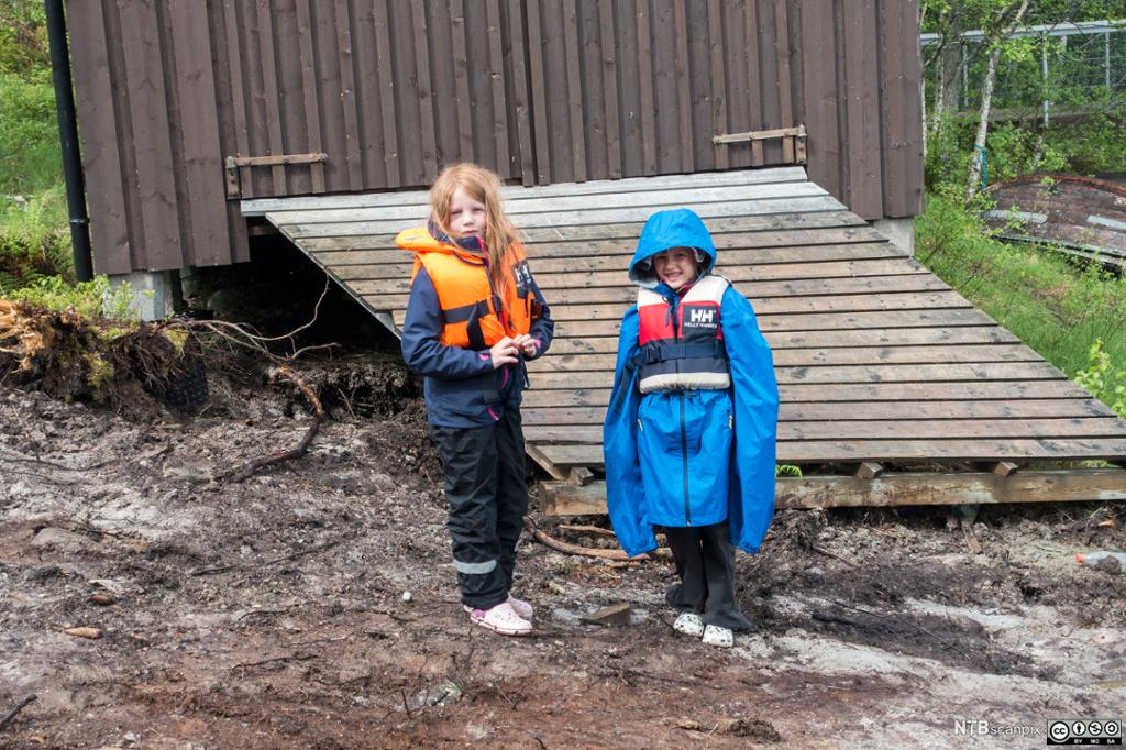 To jenter har på redningsvest og regntøy. Foto