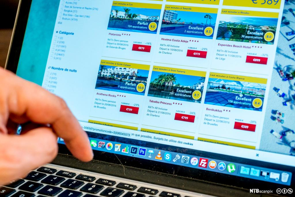 Laptop-skjerm som viser nettbutikk med feriereiser. Foto.