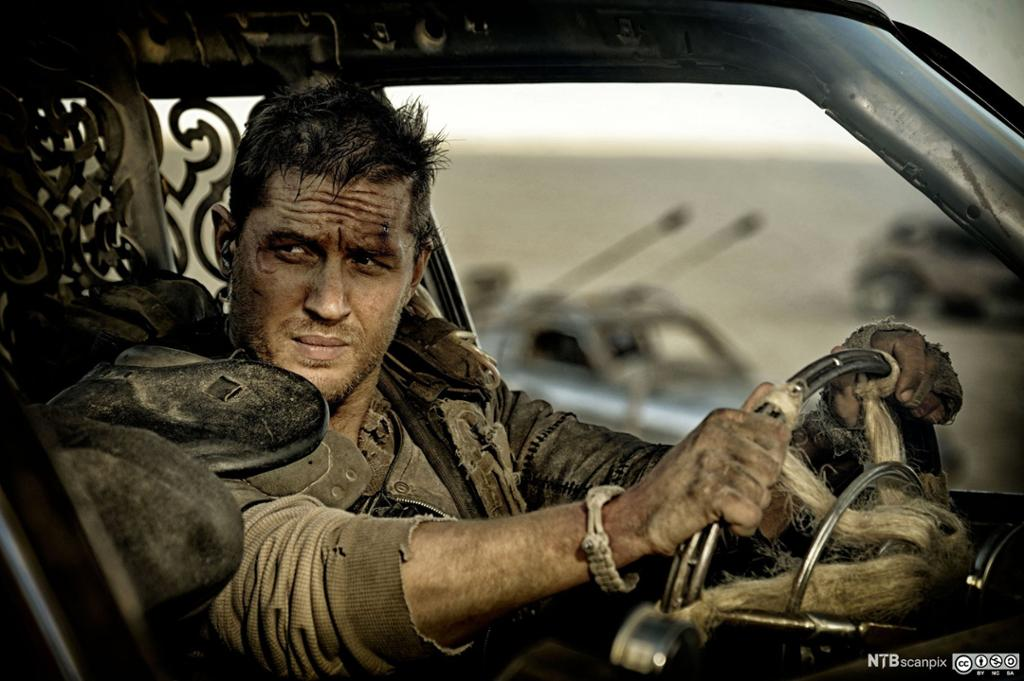 Skitten mann i bil. Filmutsnitt.