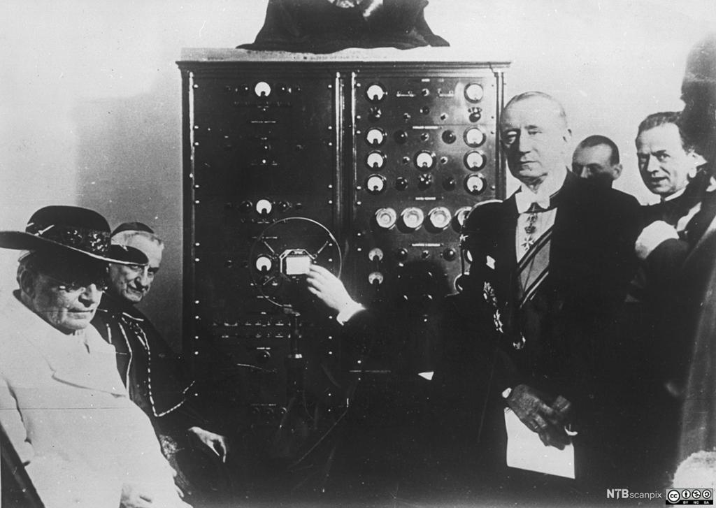 Paven lytter til Guglielmo Marconis radioutsendelse i 1909