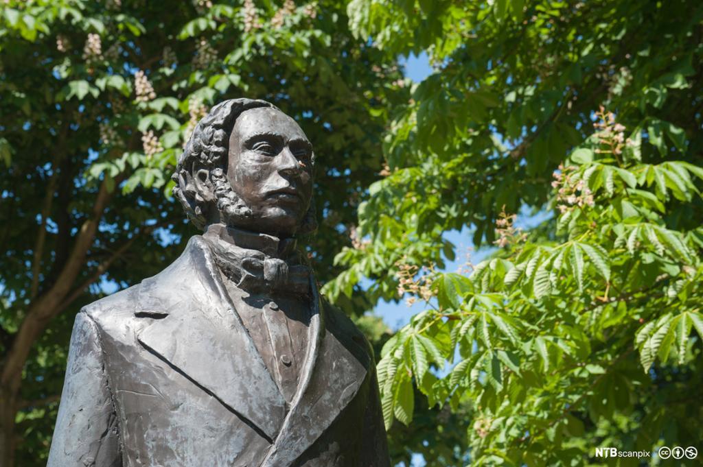 Statue av William Grove med trær i bakgrunnen. Foto