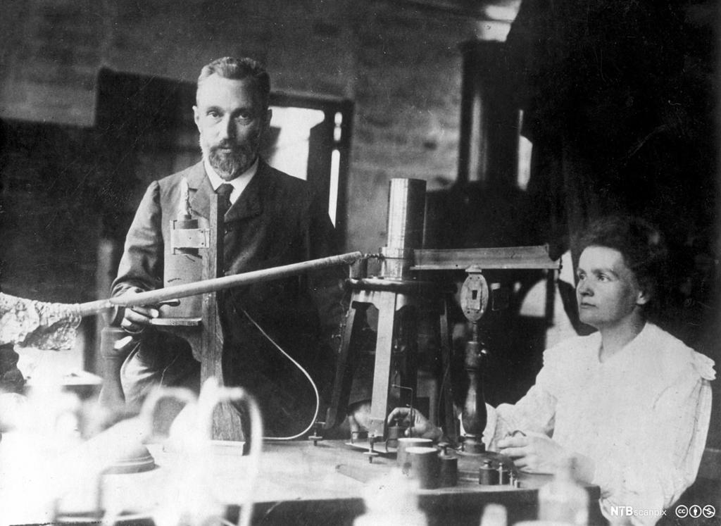 Pierre og Marie Curie i et laboratorium. Foto.