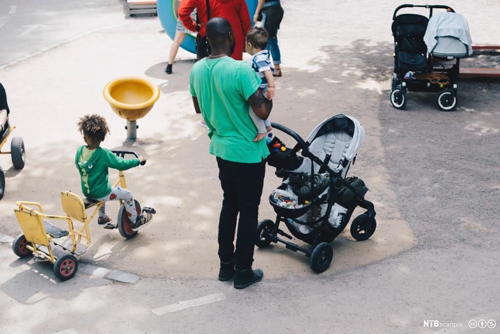 Lekeplass med barnevogn. Foto.