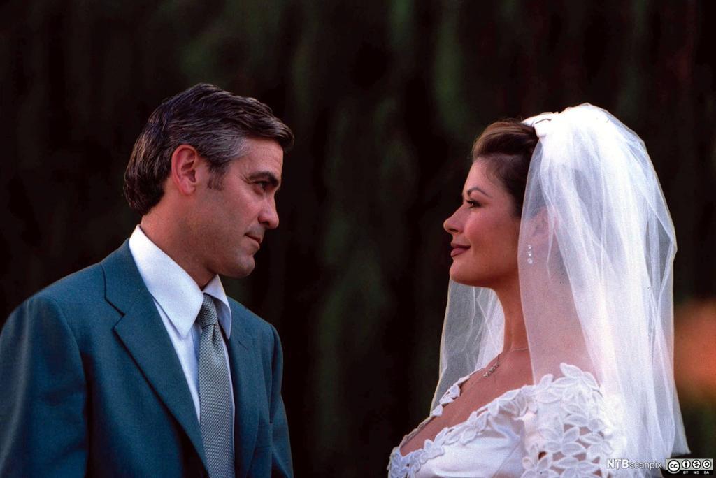 George Clooney sammen med Catherine Zeta-Jones i brudekjole. Foto.