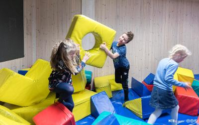 Barn leker på SFO. Bilde.