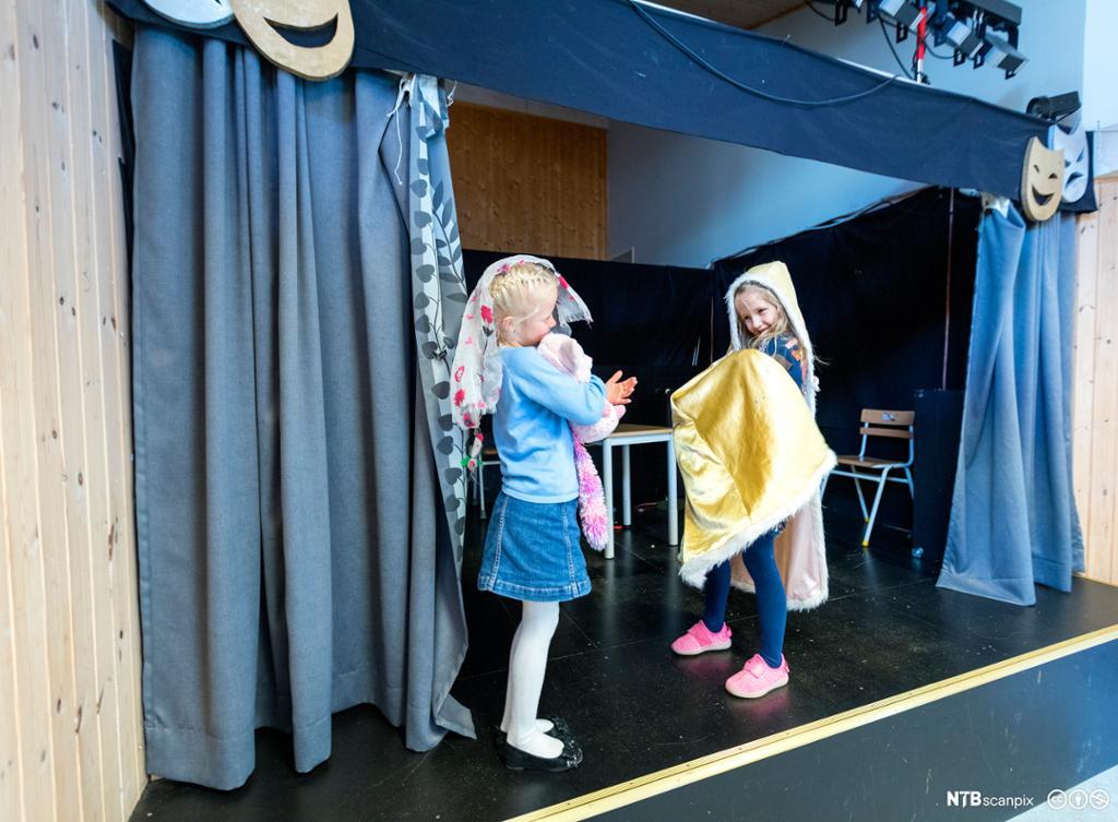 Elever som leker teater i klassesituasjon. Foto.