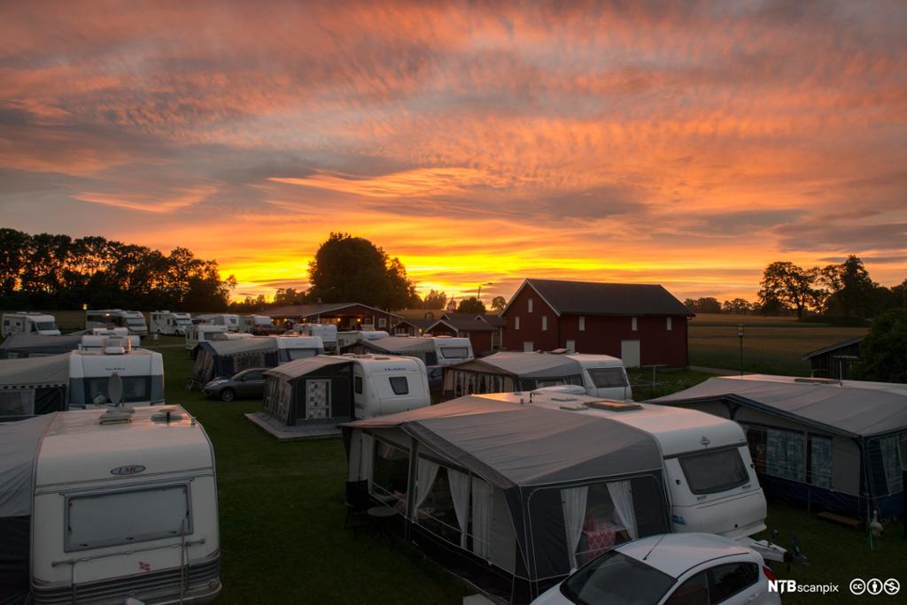 Solnedgang over campingplass. Foto.