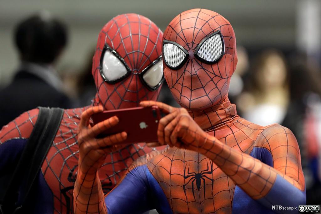 To cosplayere som har kledd seg ut som Spiderman. Foto.