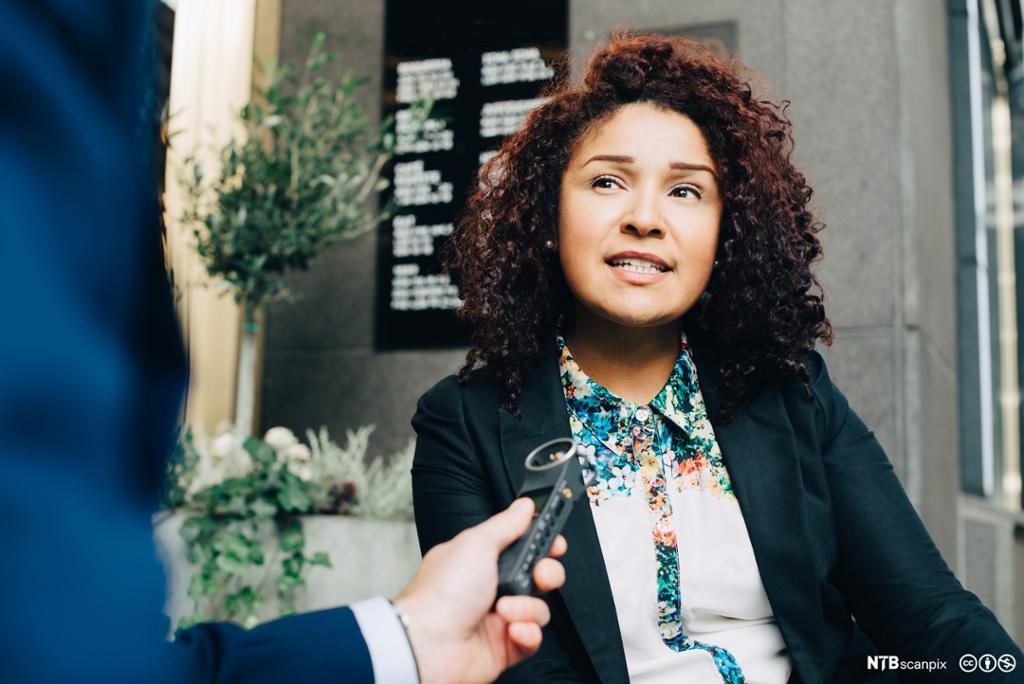 Forretningskvinne som blir intervjuet. Foto.