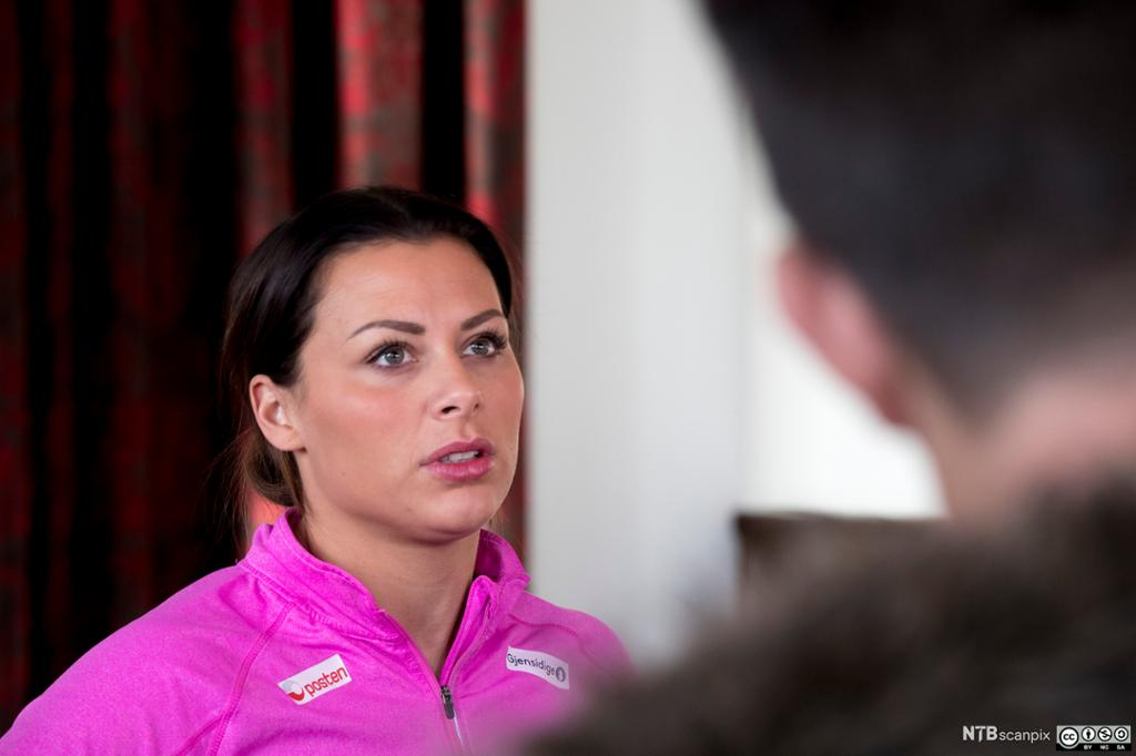 Nora Mørk i samtale med journalist. Foto.