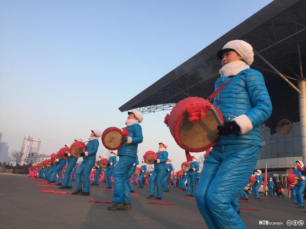 Nord-Koreanske kvinnelige trommeslagere. Foto.