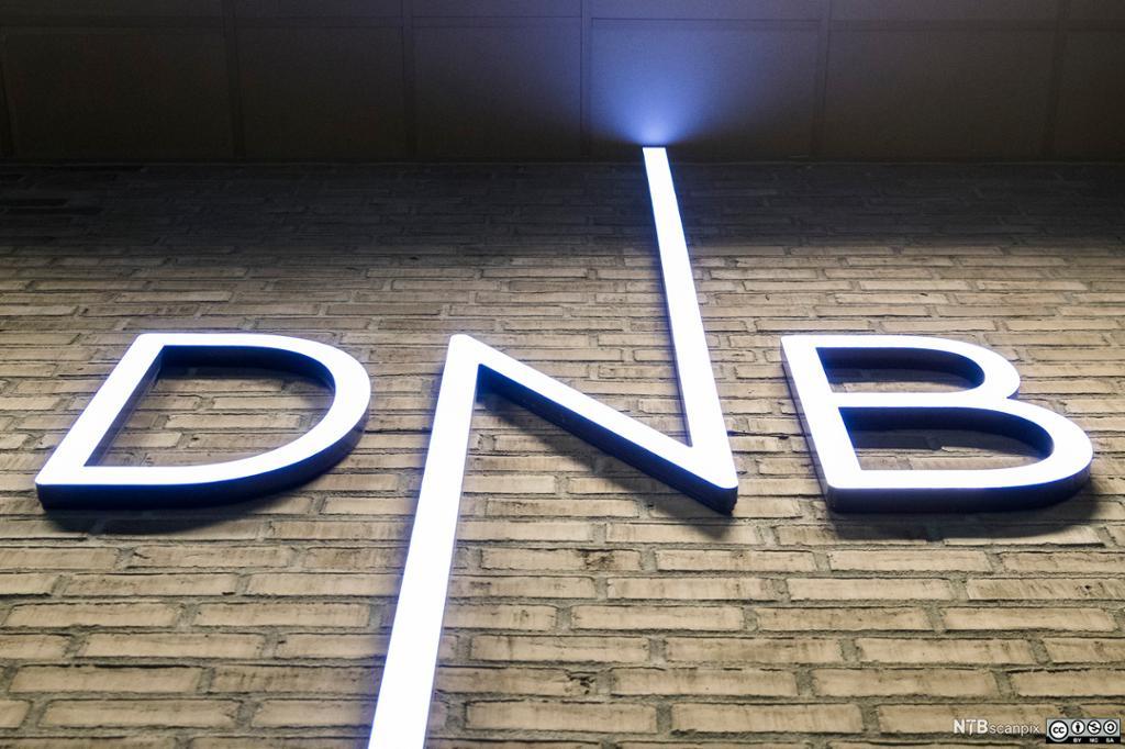 Logoen til DNB på murvegg. Foto.