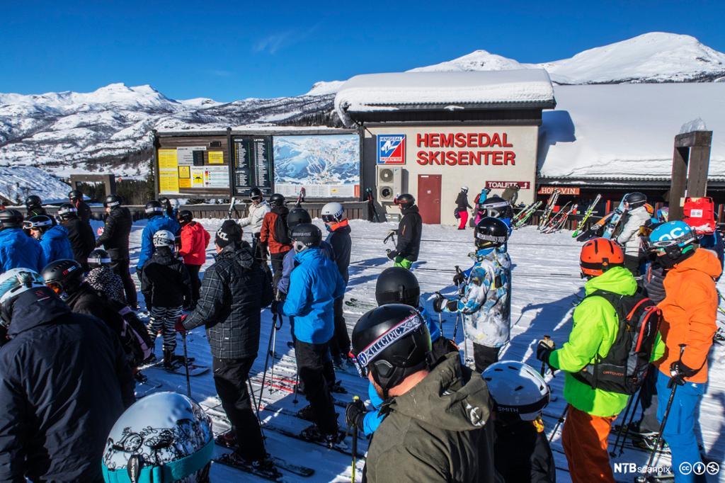 Personer står i kø ved Hollvin Express-skiheisen i Hemsedal Skisenter. Foto.
