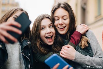 Tre venninner tar selfie sammen. Foto.