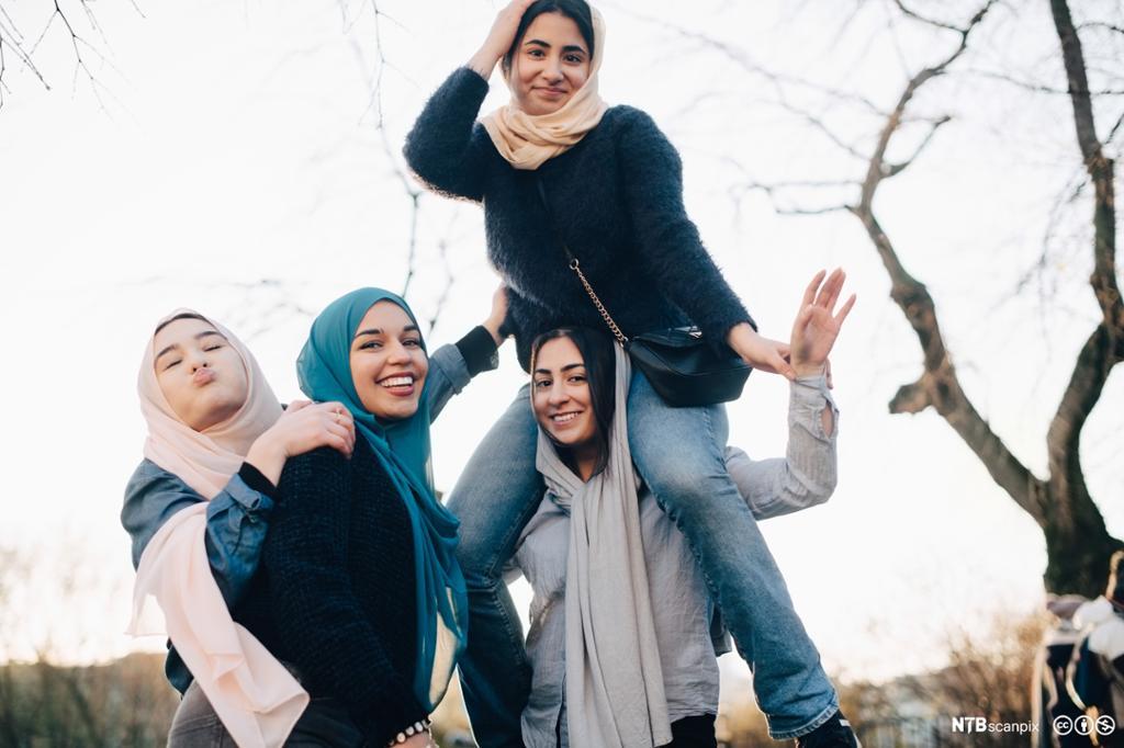 Glade hijabkledde jenter. Foto.