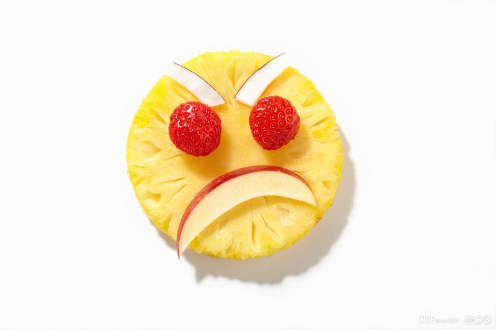 Ananasskive med sint ansikt av bær og frukt. foto.