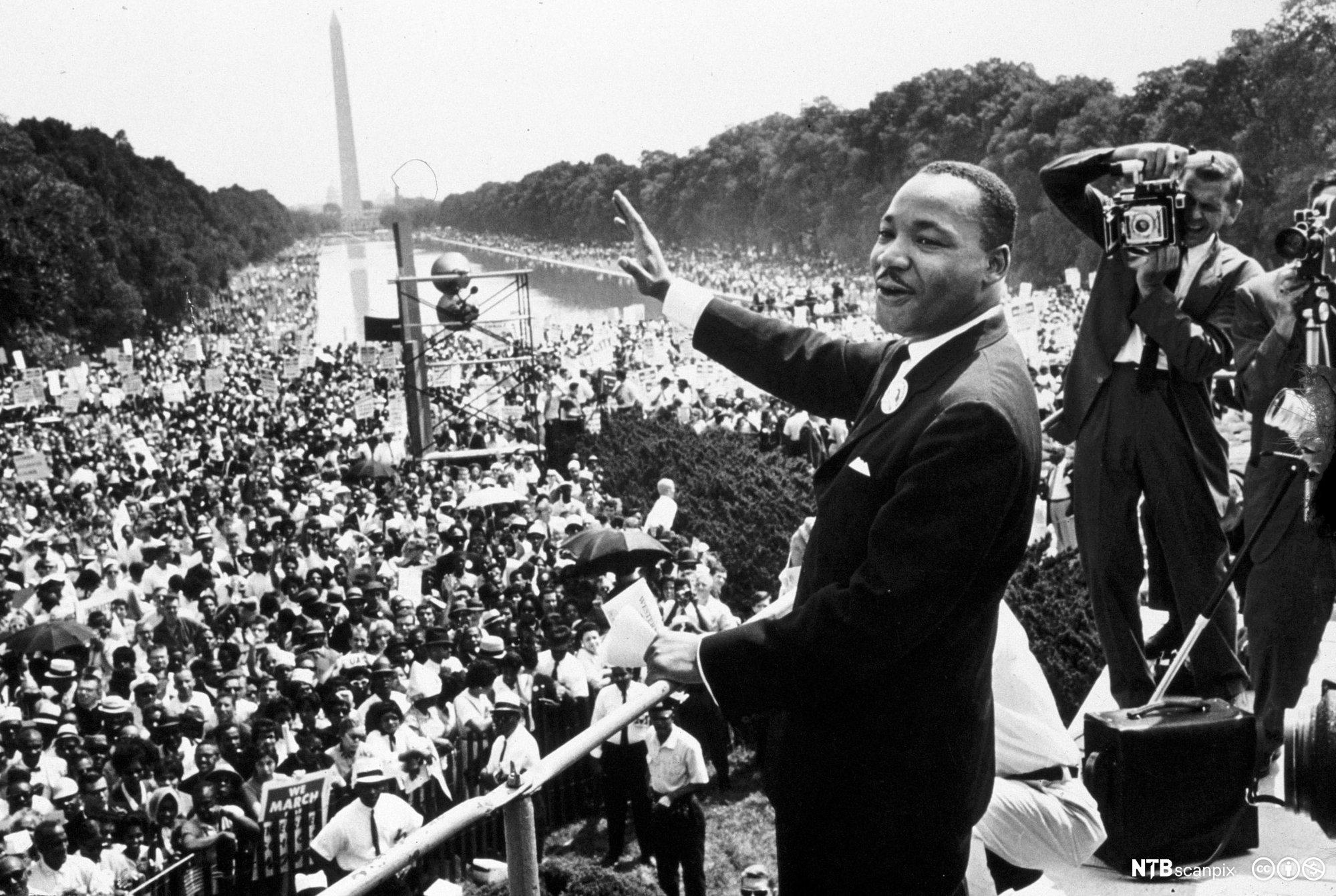 b1251395 Martin Luther King holder tale foran en stor folkemengde. Foto.