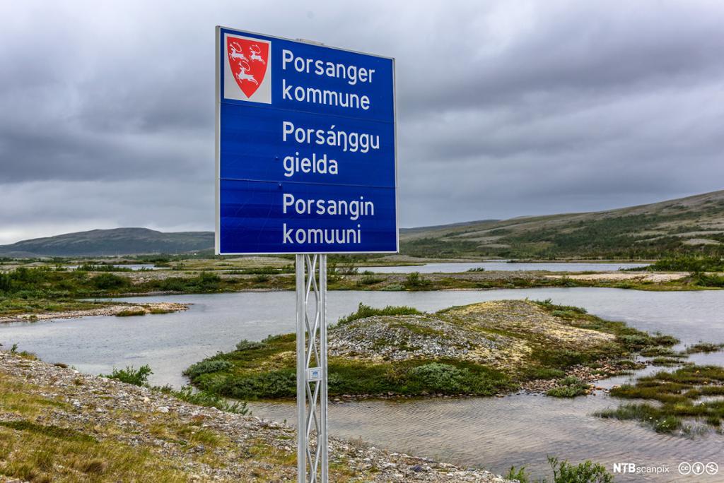 Porsanger kommune skrevet på norsk, samisk og kvensk på veiskilt. Foto.