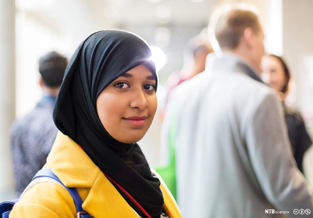Kvinne med hijab. Bilde.
