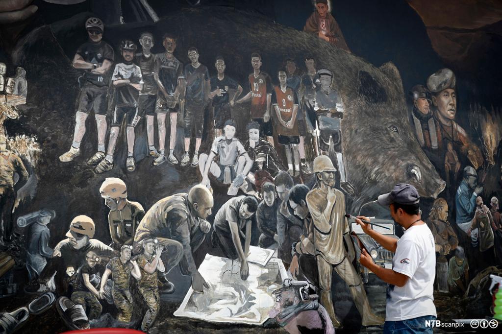 Et veggmaleri som viser hvordan tolv gutter blir reddet fra en oversvømt grotte i Thailand. Foto