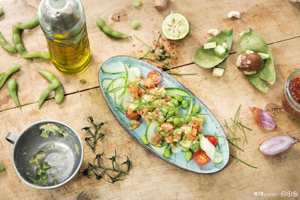Salat med avocado og kalkunskiver. Foto