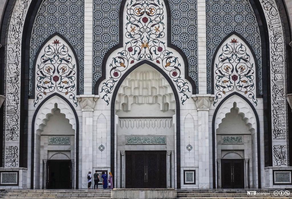 Forsida av ein stor moské med mykje utsmykking. Foto.