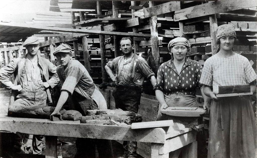 Kvinnelige og mannlige arbeidere ved et teglverk i oslo på begynnelsen av 1920-årene. Foto.