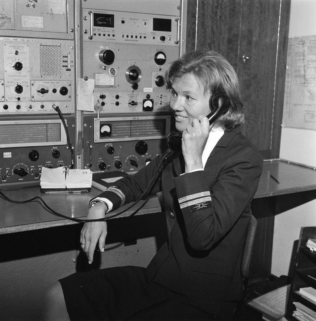 Kvinnelig telegrafist på danskefergen Holger Danske, 1973. Foto.
