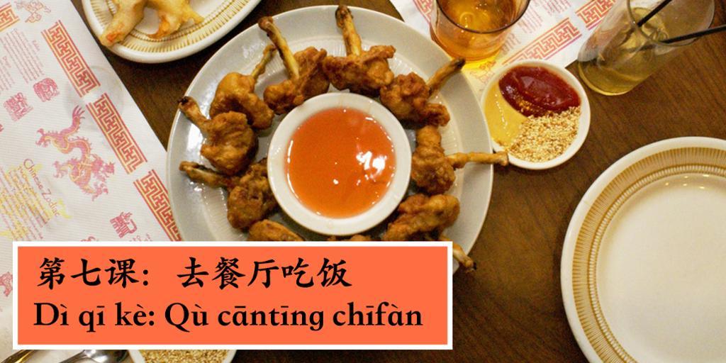 Bord dekket med kinesisk mat. Foto.
