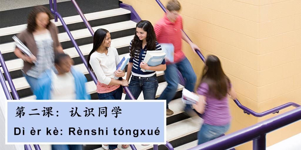 Studenter snakker sammen. Foto.