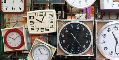Mange forskjellige klokker. Foto.