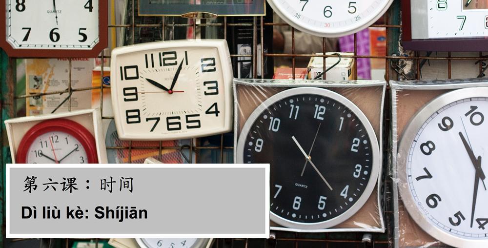 Ung mann ser på klokken. Foto.