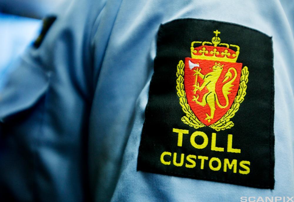 Tollvesentes logo på skjorte-erm. foto.