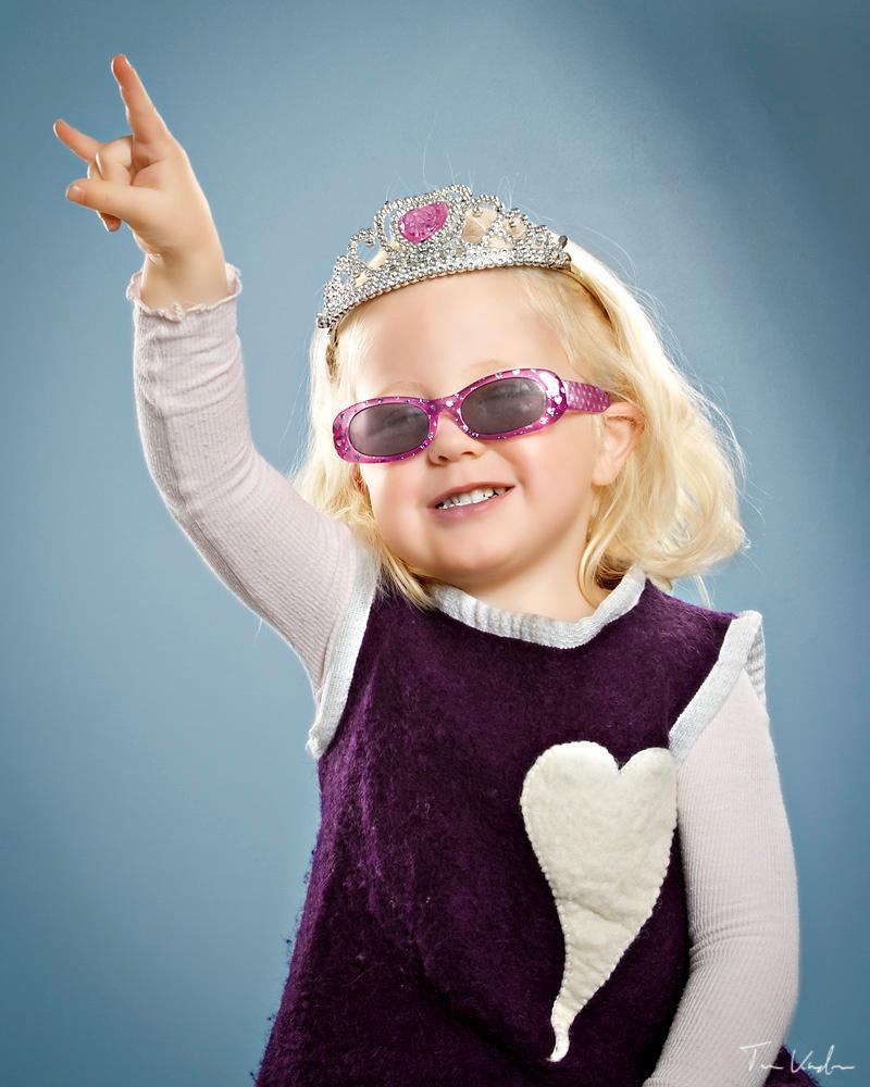 Jente med solbriller og tøff stil. Foto.