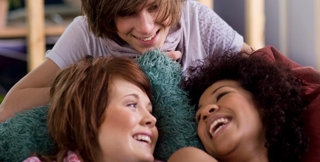 Tre venner snakker sammen. Foto.