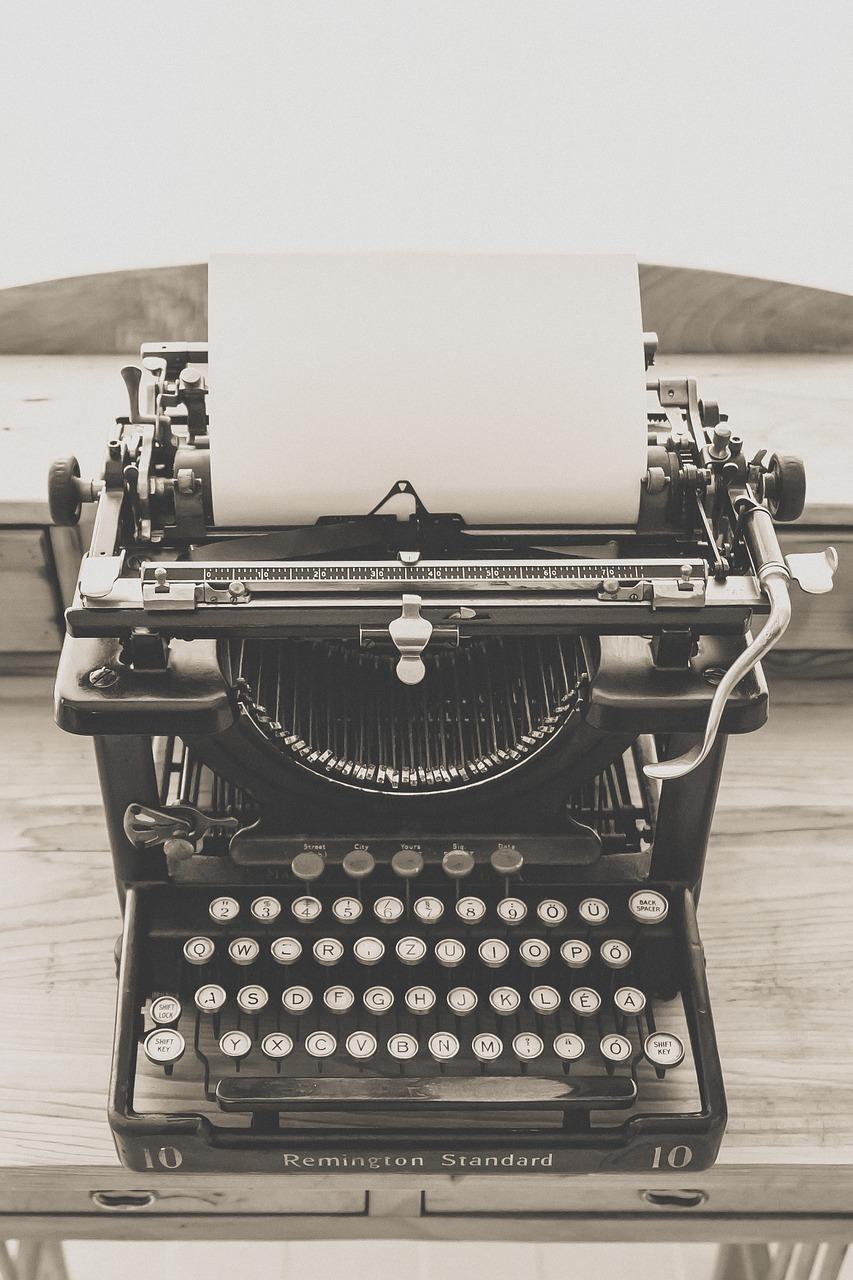 Gammel skrivemaskin av merke Remington. Fotografi.