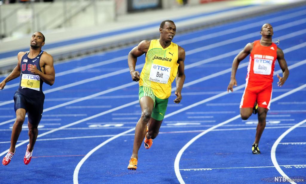 Usain Bolt løper 200 meter på bane. Foto.
