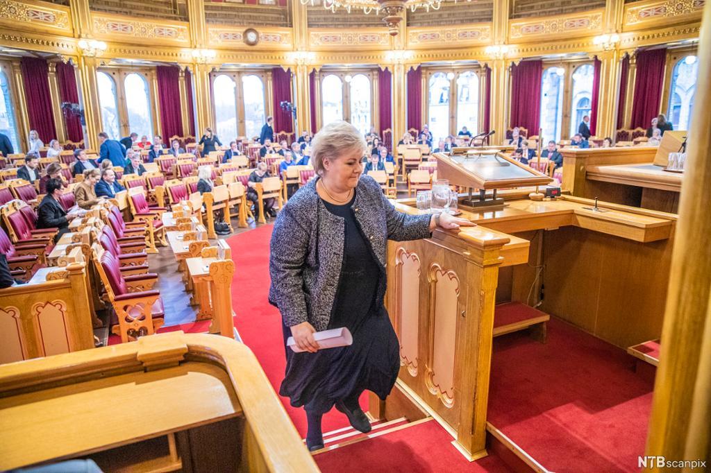Erna Solberg på vei opp til talerstolen på Stortinget. Foto.