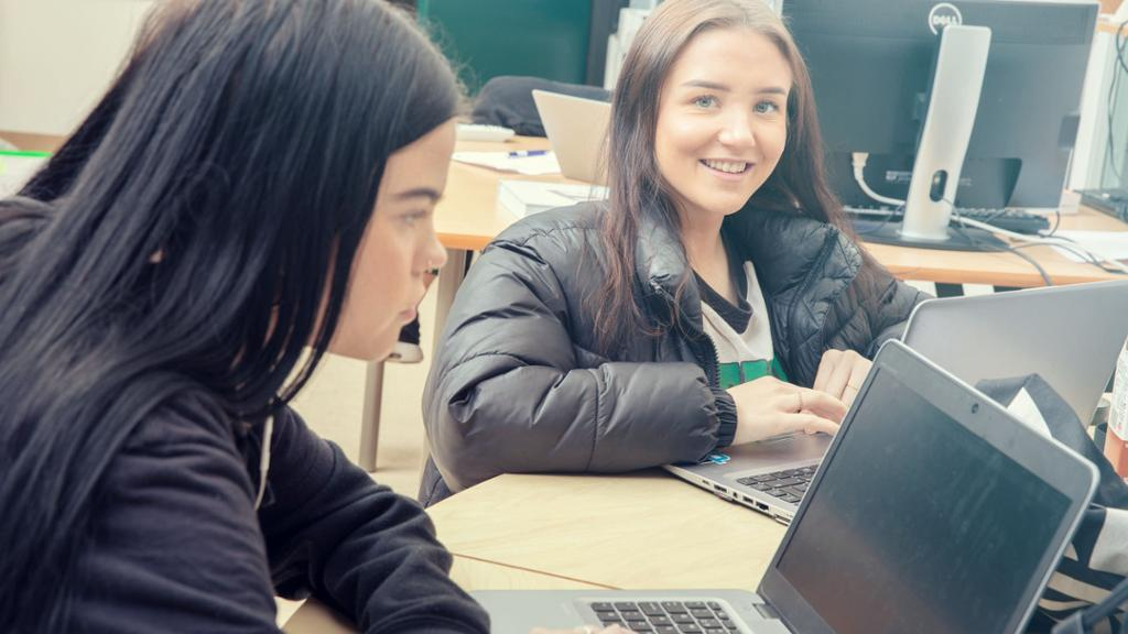 To elever arbeider på pc. Foto.