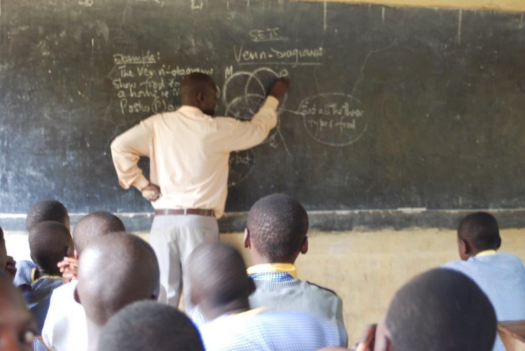 Lærer underviser elever i Venndiagram i Uganda. Foto.