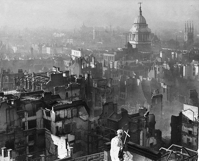 Utsikt over London etter det tyske blitz-angrepet under andre verdenskrig. Foto.