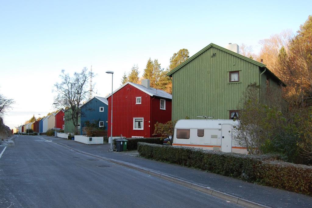 Svenskehus i flere farger på rekke i Vuggaveien i Kristiansund. Foto.