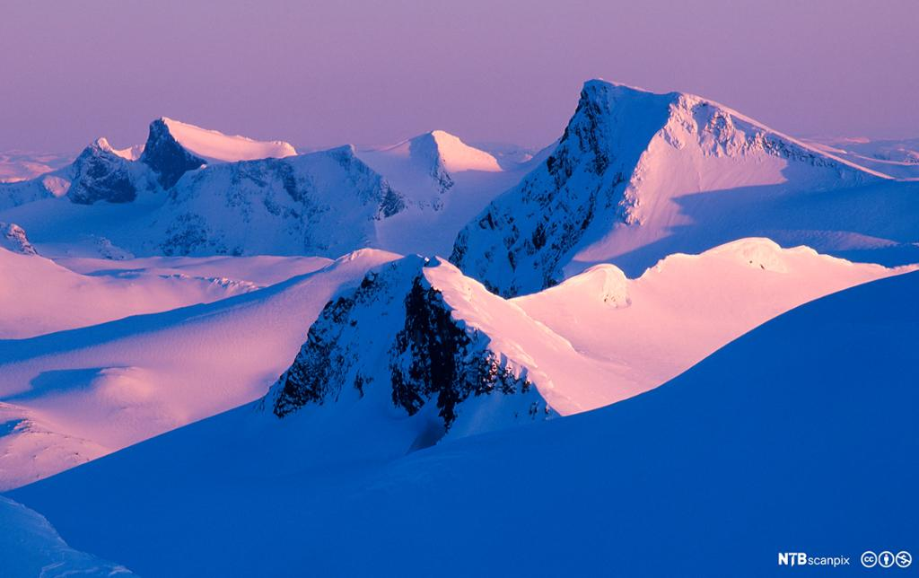 Snødekte fjell. Foto.