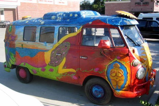Ein VW Kombi-buss fra 1967 dekorert med fargerik handmaling. Foto.