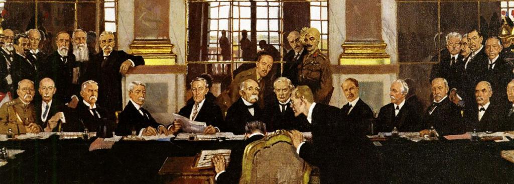 Detalj fra William Orpens maleri av signering av fredstraktaten etter 1. verdenskrig i Versailles. En rekke menn sitter rundt et bord i speilsalen i Versailles. Maleri.