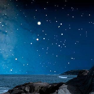 Stjernehimmel ved kysten. Foto
