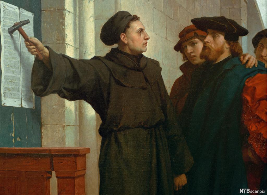 Ein mann i munkekjortel spikrar fast eit skriv på ei dør med ein hammar mens tre andre menn ser på. Måleri.