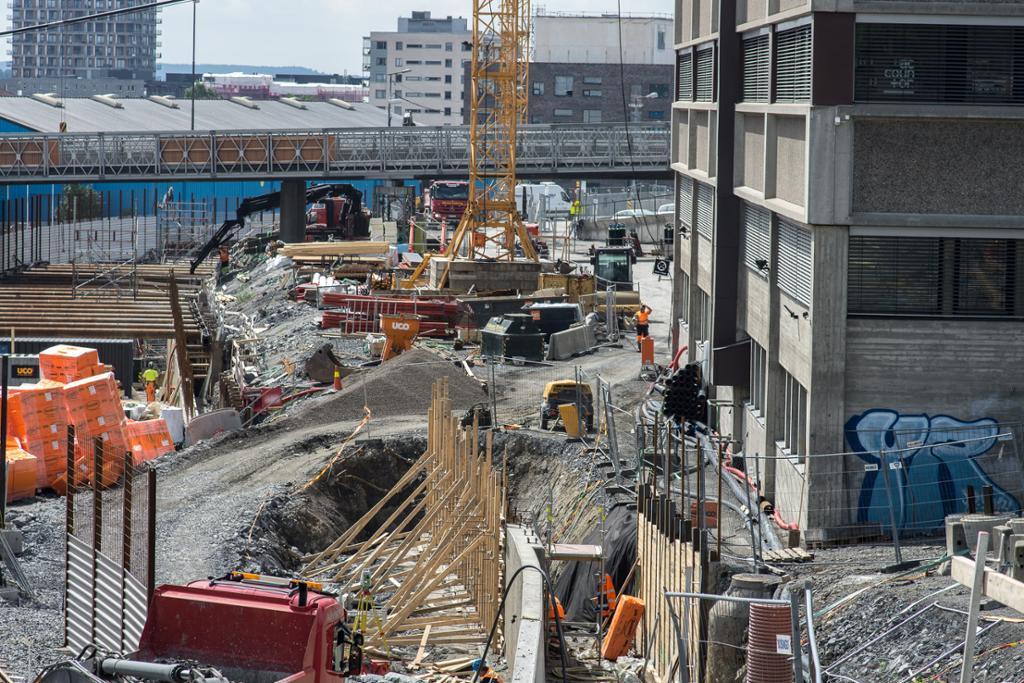 Byggeplass i by. Foto.