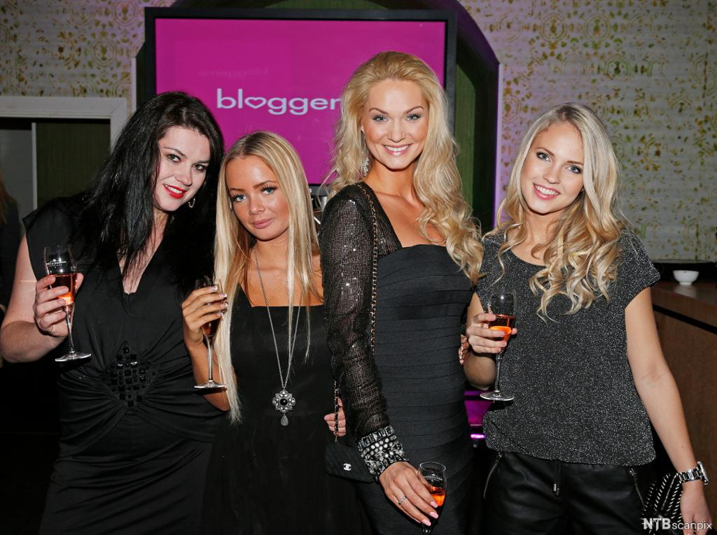"""Portrettbilete av dei fire bloggarane Suzanne Aabel, Sophie Elise Isachsen, Marna Haugen og Emilie Nereng """"Voe"""". Foto."""